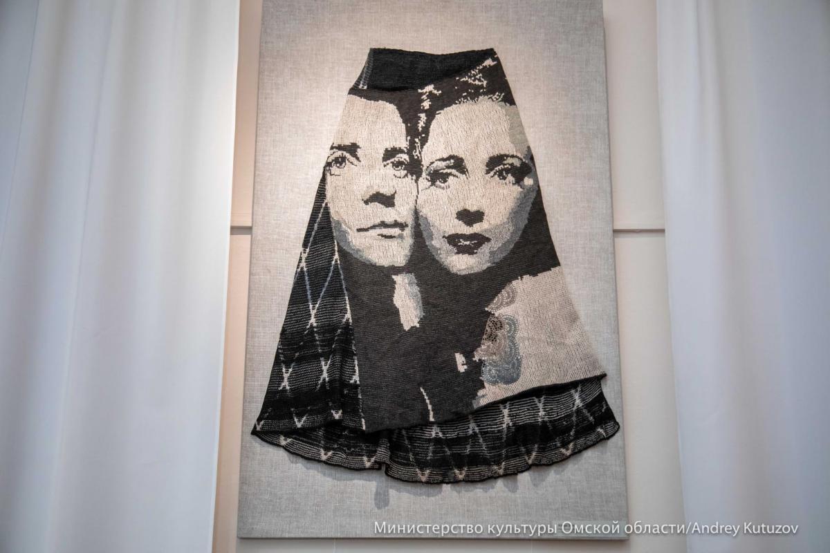 Под юбкой на выставке комода